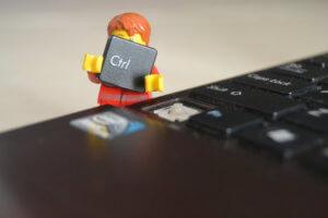 Spojovník na klávesnici a pomlčka na klávesnici